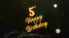 der 5. alles Gute zum Geburtstag Gruß-Text, der von den Wunderkerzen gemacht wird, beleuchten dunklen nächtlichen Himmel mit Colo stock footage