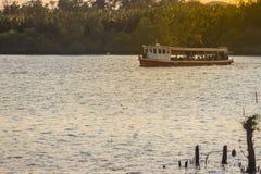 Der allgemeine Fährbetrieb während über Choa der Phraya Fluss Samut Stockbilder