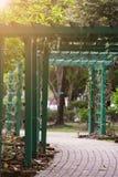 Der allgemeine Park mit Gehwegen und schöner Natur Lizenzfreie Stockbilder