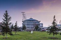 Der allgemeine Park und das Hauptgebäude von Politehnica-Universität von Bukarest Stockfotografie