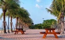 Der allgemeine Park und der allgemeine gesunde Platz mit Bank zwei im s Lizenzfreie Stockbilder
