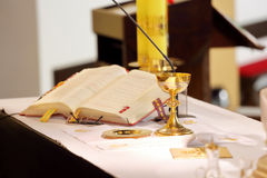 Der Altar in der Kirche und im Messkelch Stockbilder