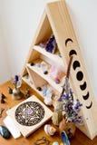 Der Altar der Hexe mit getrockneten Kräutern, Kristalle, Pentacle lizenzfreie stockfotografie