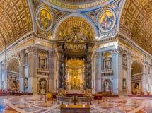 Der Altar von St- Peter` s Basilika in Vatikan Stockfoto