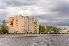 Der Altbau auf Primorsky Prospekt in St Petersburg Die Platte von sowjetischen Zeiten stellt Soldaten der roten Armee dar lizenzfreie stockfotografie