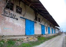 Der Altbau am Bahnhof, Aufschrift stürzte ein Verlassene sowjetische Gebäude Stockbild