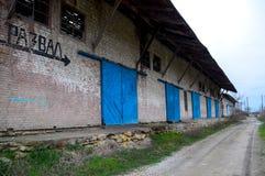 Der Altbau am Bahnhof, Aufschrift stürzte ein Verlassene sowjetische Gebäude Lizenzfreies Stockfoto