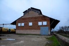 Der Altbau am Bahnhof, verlassene sowjetische Gebäude Lizenzfreie Stockbilder