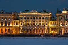 Der Altbau der kleinen Einsiedlerei in der Nachtbeleuchtung am Februar-Abend St Petersburg Lizenzfreies Stockbild