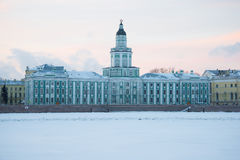 Der Altbau des Kabinetts Kuriositäten schließen herauf im Februar Dämmerung St Petersburg Lizenzfreie Stockfotografie