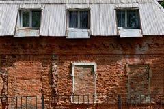 Der Altbau des zerbröckelnden roten Backsteins retro Mangels der Reparatur Notzustand Lizenzfreie Stockfotos