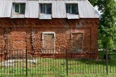 Der Altbau des zerbröckelnden roten Backsteins retro Mangels der Reparatur Notzustand Stockbild