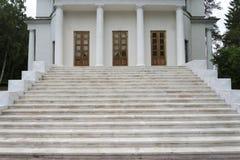 Der Altbau des Zustandes Ostafyevo an einem Sommertag Stockbild