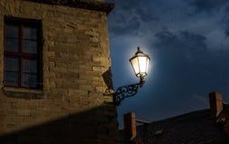 Der Altbau gegen Himmel in der Stadt und in glühender Laterne Stockfoto