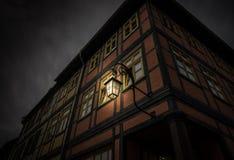 Der Altbau gegen Himmel in der Stadt und in glühender Laterne Stockbild