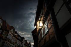 Der Altbau gegen Himmel in der Stadt und in glühender Laterne Lizenzfreie Stockbilder
