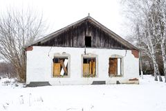 Der Altbau der Verwaltung der Regelung Elitnyy, Krasnodar Krai, Russland Sowjetisches Erbe zerstört Lizenzfreie Stockfotos