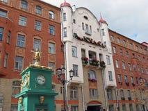 Der Altbau von St- Petersburg und Straßenuhr Stockfotografie