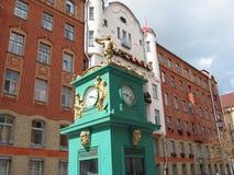 Der Altbau von St- Petersburg und Straßenuhr Lizenzfreie Stockbilder