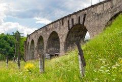 Der alte österreichische Steineisenbahnbrückeviadukt Lizenzfreie Stockfotografie