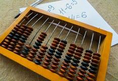 Der alte Abakus, mithilfe dessen alle mathematischen Berechnungen mitten in dem letzten Jahrhundert produzierte lizenzfreies stockbild