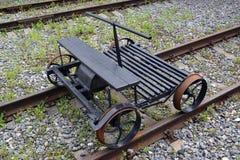 Der alte Abschnittautoschaukelstuhl kostet auf Schienen Stockbild