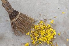 Der alte angeredete Besen, der vom Kokosnussblatt hergestellt wird, pirscht ausgedehntes gelbes flo an Stockbilder