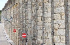 Der alte Aquädukt und die Verkehrszeichen, Portugal Lizenzfreies Stockbild