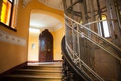 Der alte Aufzug im Eingang eines Hauses Lizenzfreies Stockfoto