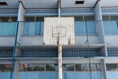 Der alte Basketballkorb in der Schule Lizenzfreies Stockfoto