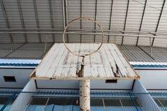 Der alte Basketballkorb in der Schule Lizenzfreies Stockbild