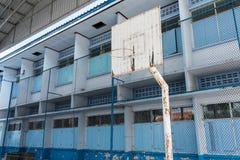 Der alte Basketballkorb in der Schule Stockbild