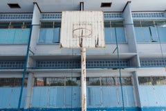 Der alte Basketballkorb in der Schule Stockbilder