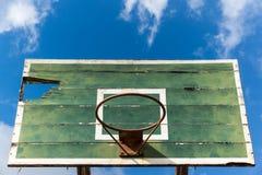 Der alte Basketballkorb und verschlechtern Lizenzfreie Stockfotografie