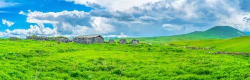 Der alte Bauernhof in den Bergen Lizenzfreies Stockfoto