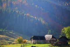 Der alte Bauernhof im Bergdorf Stockbilder
