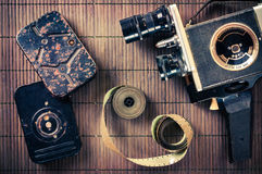 Der alte beidhändige Kamerarecorder, die Bänder und der Film in der Weinleseart Stockbild
