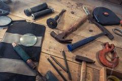 Der alte benutzte archäologische Werkzeughintergrund Stockfoto