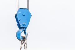 Der alte blaue anhebende Kranhaken wird in der Baustelle an benutzt Lizenzfreie Stockbilder