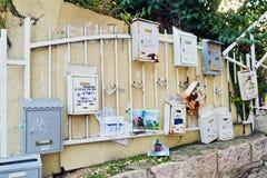 Der alte Briefkasten auf der Wand Stockbilder