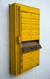 Der alte Briefkasten für ein Wohngebäude Lizenzfreies Stockfoto