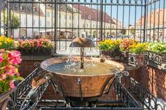 Der alte Brunnen im Hauptplatz von Sibiu Stockbild