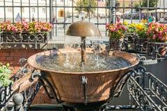 Der alte Brunnen im Hauptplatz von Sibiu Lizenzfreie Stockfotos