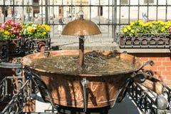 Der alte Brunnen im Hauptplatz von Sibiu Lizenzfreies Stockfoto