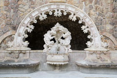 Der alte Brunnen in Quinta da Regaleira in Sintra Stockfoto