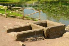 Der alte Brunnen wird vom Granit gemacht Lizenzfreies Stockfoto