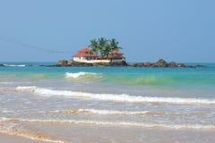 Der alte buddhistische Tempel Seenigama Muhudu Viharaya auf einer kleinen Insel im Indischen Ozean Sri Lanka Lizenzfreies Stockfoto