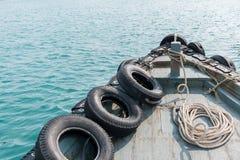 Der alte Bug im Meer am Tag Lizenzfreies Stockfoto