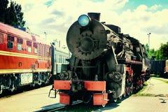 Der alte Dampfzug an einem Bahnhof Stockfoto