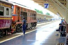 Der alte Dieselzug, der für läuft, schließen an einer Plattform der Eisenbahn wieder an Lizenzfreie Stockfotos